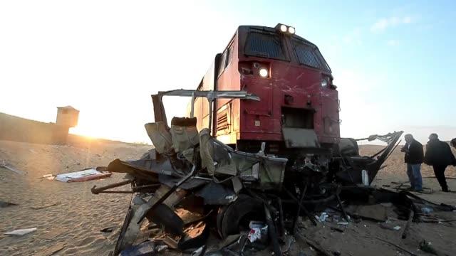 al menos 26 personas murieron y otras 28 resultaron heridas el lunes en egipto en un choque entre un tren y dos vehiculos en un paso a nivel al sur... - train crash stock videos & royalty-free footage