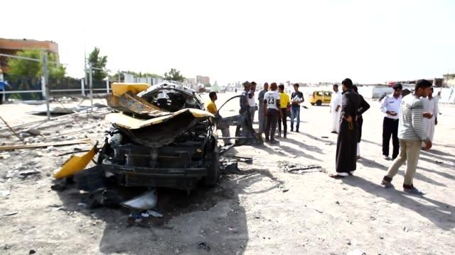 vídeos de stock, filmes e b-roll de al menos 33 personas murieron y 50 resultaron heridas este domingo en dos atentados con coche bomba en el sur de irak reivindicados por el grupo... - irak