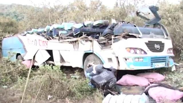 al menos 37 personas murieron en un accidente de un ómnibus que se salio de la carretera a primeras horas de este jueves a unos 150 km de nairobi... - personas stock videos & royalty-free footage