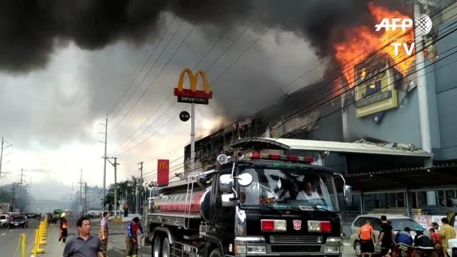 al menos 37 personas podrian haber muerto en un incendio que arraso un centro comercial en la ciudad de davao al sur de filipinas - centro comercial stock videos & royalty-free footage