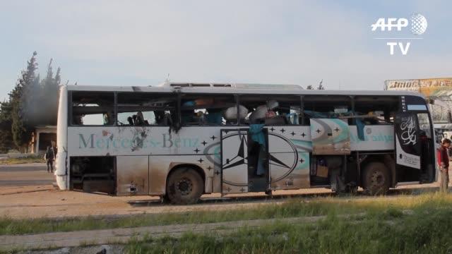 al menos 43 personas murieron el sabado en siria en un atentado con camioneta bomba contra los autobuses que transportaban a las personas evacuadas... - transporte stock videos & royalty-free footage