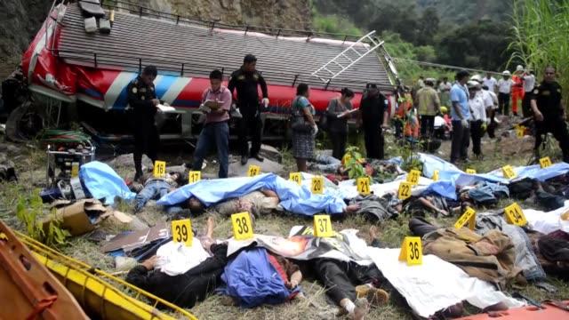 al menos 43 personas murieron y 40 permanecen heridas tras un dramático accidente de autobús en guatemala este lunes guatemala dramatico accidente on... - personas stock videos & royalty-free footage