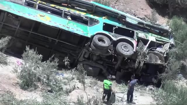 al menos 44 personas murieron el miercoles tras la caida de un autobus de pasajeros a un abismo en una ruta del sur de peru segun un nuevo balance de... - numero stock videos & royalty-free footage