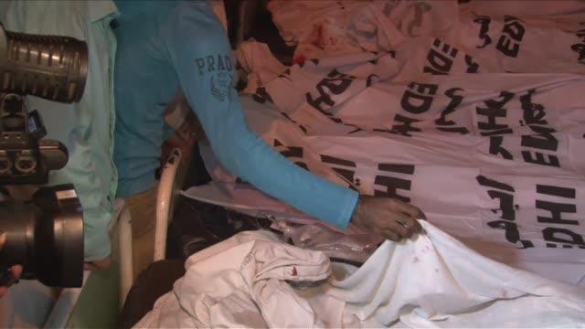 al menos 55 personas murieron y mas de 120 resultaron heridas el domingo en un sangriento atentado suicida del lado pakistani de la frontera entre... - personas stock videos & royalty-free footage
