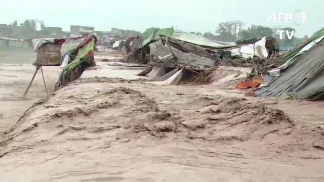 Al menos 55 personas murieron y miles seguian bloqueadas en Pakistan y Cachemira por inundaciones y deslizamientos de tierra