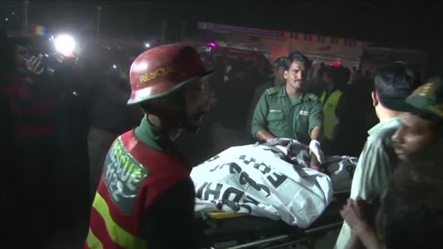 al menos 56 personas murieron y decenas resultaron heridas en una explosion el domingo por la noche cerca de un parque en lahore gran ciudad del este... - lahore stock videos and b-roll footage