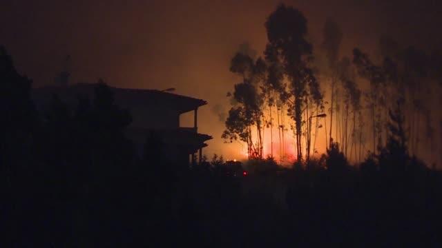 al menos 62 personas murieron por un gigantesco incendio forestal en portugal - portugal stock videos & royalty-free footage