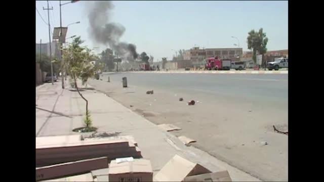 vídeos de stock, filmes e b-roll de al menos 71 personas murieron y 350 mas resultaron heridas este domingo en atentados cometidos en irak voiced oleada de atentados en irak on... - irak