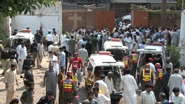 al menos 72 personas murieron y 100 resultaron heridas este domingo en un doble atentado suicida a la salida de una misa en peshawar en uno de los... - peshawar stock videos & royalty-free footage