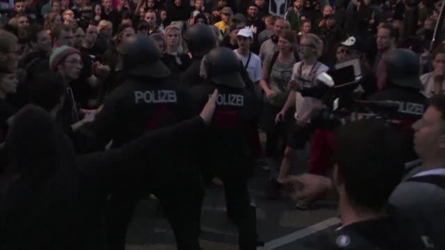 al menos 76 policias resultaron heridos el jueves durante una protesta antiglobalizacion que termino con violencia en hamburgo un día antes del... - día stock videos & royalty-free footage