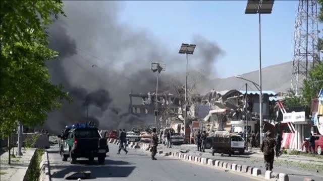 al menos 80 personas murieron y mas de 300 resultaron heridas el miércoles tras un atentado con camion bomba en el barrio diplomatico de la capital... - kabul stock videos & royalty-free footage