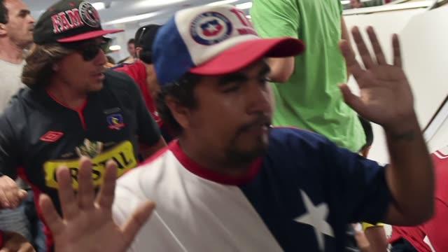 Al menos 85 hinchas chilenos fueron arrestados este miercoles despues de tratar de ingresar por la fuerza al estadio Maracana de Rio de Janeiro donde...