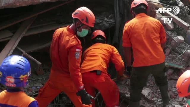 al menos 97 ascendia el numero de muertos por el sismo de magnitud 6,5 que golpeo el miercoles la isla indonesia de sumatra segun un nuevo balance... - numero 6 video stock e b–roll