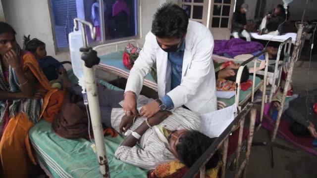 Al menos 98 personas murieron y otras 200 fueron hospitalizadas en India despues de beber alcohol adulterado menos de dos semanas despues de un caso...
