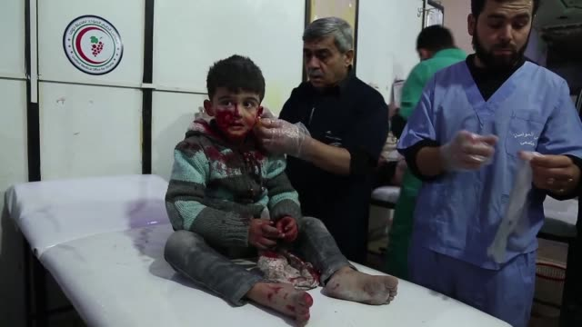 Al menos cien civiles murieron el lunes entre ellos 20 ninos en bombardeos del regimen sirio en Guta Oriental un bastion rebelde cerca de Damasco...
