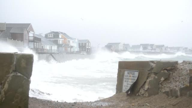 vídeos y material grabado en eventos de stock de al menos cinco personas murieron en la tempestad que azoto el viernes el noreste de estados unidos con fuertes nevadas intensas lluvias y violentas... - ee.uu