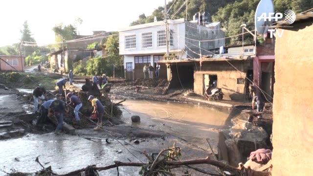 al menos cinco personas murieron y nueve se encuentran desaparecidas despues de que una fuerte lluvia azoto un poblado del estado mexicano de... - morelia video stock e b–roll