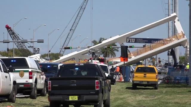 al menos cuatro personas murieron el jueves en el colapso de un puente peatonal en miami que dejo varios vehiculos atrapados informo el jefe de los... - puente stock videos & royalty-free footage