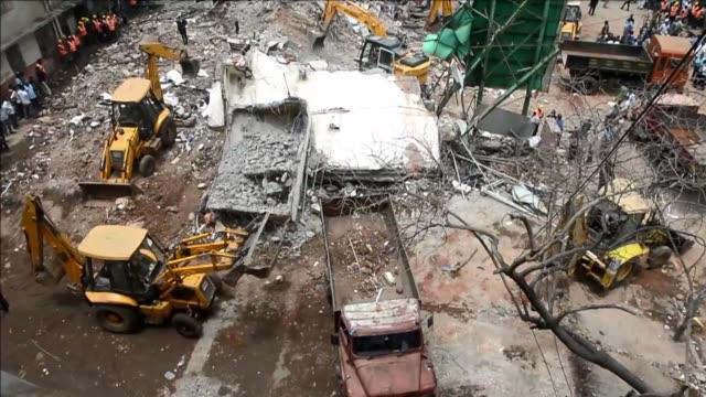 al menos cuatro personas murieron por el colapso de un edificio en bombay voiced edificio se derrumba en india on june 11 2013 in mumbai india - personas stock videos & royalty-free footage