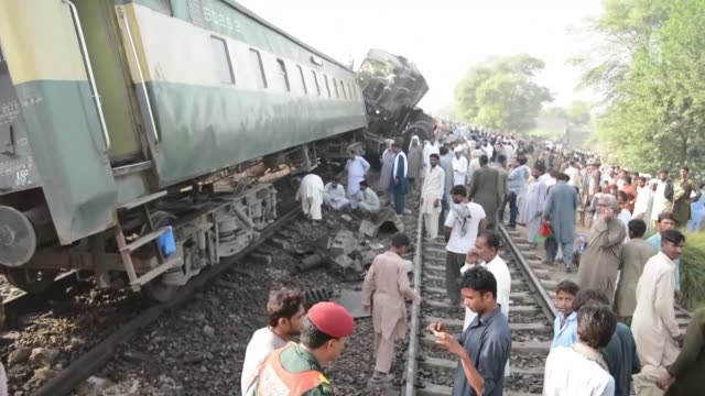al menos cuatro personas murieron y un centenar sufrieron heridas en un choque de trenes ocurrido la mañana del jueves cerca de multan centro de... - multan stock videos and b-roll footage