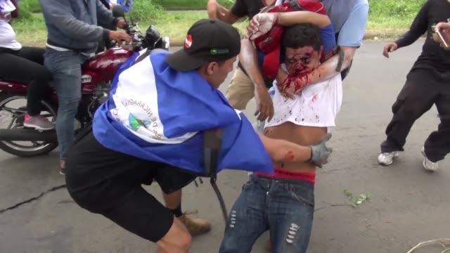 al menos diez personas resultaron heridas el sabado cuando desconocidos dispararon contra manifestantes que protestaban en managua contra el... - nicaragua video stock e b–roll