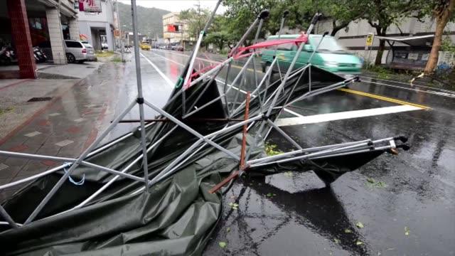 al menos dos personas murieron y cien permanecen heridas tras el paso este sabado por taiwan del tifon sulik. voiced : tifon en taiwan on july 13,... - taipei stock videos & royalty-free footage