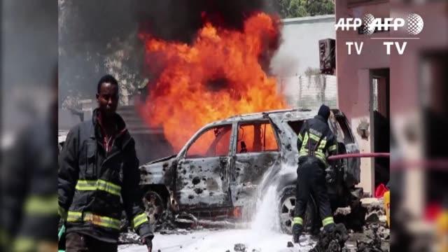 stockvideo's en b-roll-footage met al menos dos personas murieron y cinco resultaron heridas el martes en un atentado con coche bomba cerca del ministerio del petroleo en la capital... - hoorn van afrika