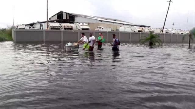 vídeos de stock, filmes e b-roll de al menos trece personas murieron y unas 700 han sido rescatadas por autoridades luego del devastador paso el miercoles del huracan maria por puerto... - porto riquenho
