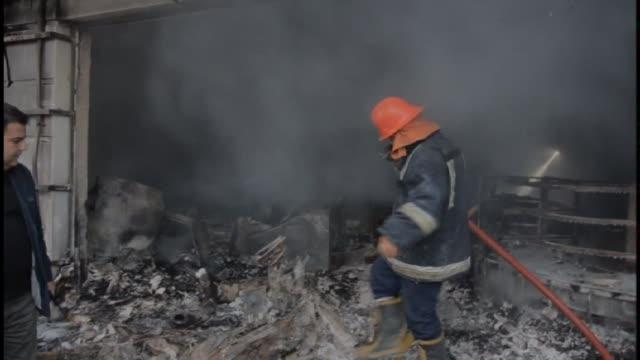 vídeos de stock, filmes e b-roll de al menos tres personas murieron y cinco resultaron heridas este viernes en la explosion de un coche bomba cerca del consulado de estados unidos en la... - irak