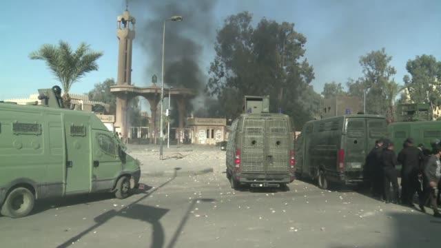 al menos tres personas murieron y otras 265 fueron detenidas en los enfrentamientos de este viernes entre la policia de egipto y militantes... - personas stock videos & royalty-free footage