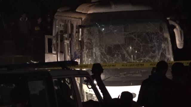 al menos tres turistas vietnamitas y el guia con el que visitaban las piramides de egipto murieron el viernes en un ataque con bomba cerca del bus en... - guia stock videos & royalty-free footage