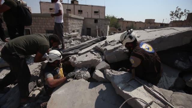 al menos una decena de civiles entre ellos una mujer y seis de sus hijos murieron el sabado victimas de los bombardeos del regimen sirio en el... - día stock videos & royalty-free footage