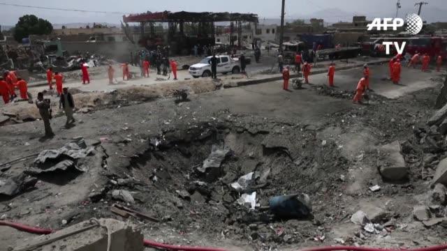 vídeos y material grabado en eventos de stock de al menos una decena de civiles murieron en un ataque reivindicado por los talibanes que sacudio kabul la noche del lunes mientras el enviado... - ee.uu