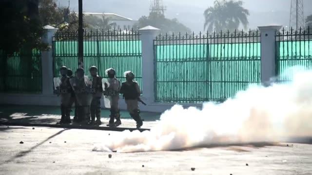 Al menos una persona murio el miercoles en los enfrentamientos entre manifestantes y la policia de Haiti en las protestas que ya cumplen siete dias y...