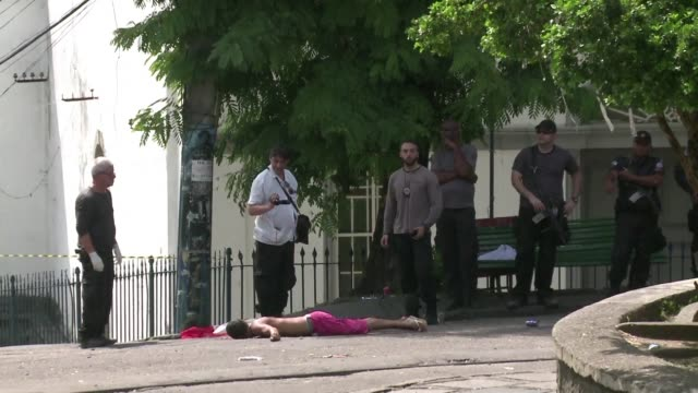 Al menos una persona murio y dos resultaron heridas el sabado tras un tiroteo en un barrio turistico de Rio de Janeiro donde se celebraba un desfile...