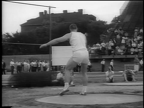 Al Oerter throwing discus setting world record / Chicago / newsreel