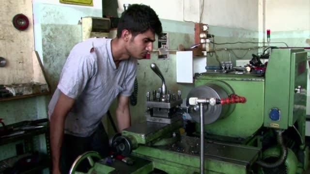 vídeos y material grabado en eventos de stock de al otro lado de la frontera siria en turquia dos ingenieros de alepo estan trabajando contrarreloj para construir un robot a prueba de... - de lado a lado