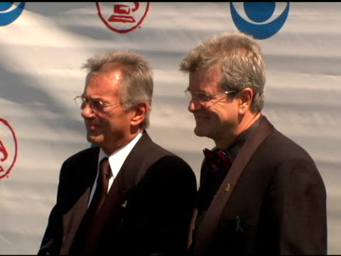 vidéos et rushes de al schmitt and daniel carlin, chairman of the recording academy at the 2004 latin grammy awards arrivals at the shrine auditorium in los angeles,... - président d'organisation