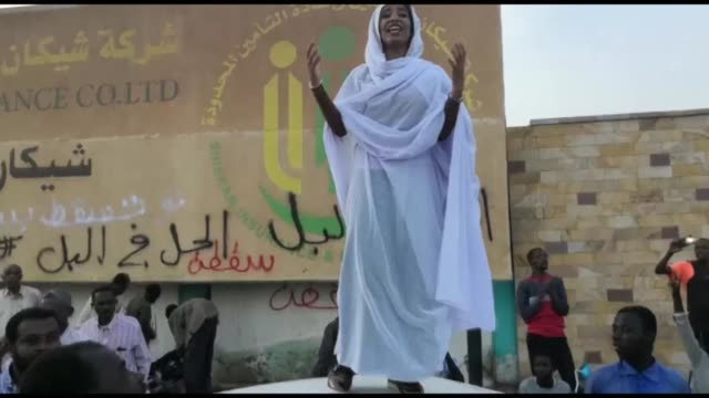 vídeos de stock, filmes e b-roll de alaa salah a sudanese woman who propelled to internet fame earlier this week after clips went viral of her leading powerful protest chants against... - sudão