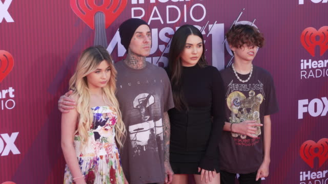 stockvideo's en b-roll-footage met alabama barker travis barker and atiana de la hoya at the 2019 iheartradio music awards at microsoft theater on march 14 2019 in los angeles... - travis barker