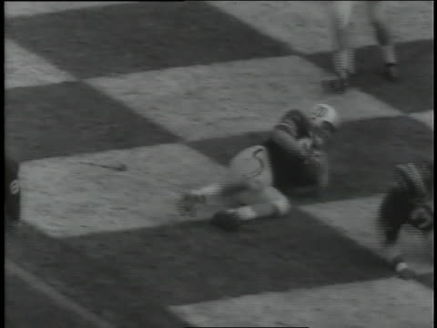 vídeos de stock e filmes b-roll de alabama's benny nelson runs 80 yards to score in a college football game against auburn. - reflexo cabelo pintado