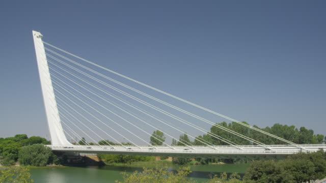 vídeos de stock e filmes b-roll de ms alamillio bridge spanning the guadalquivir river by architect santiago calatrava built for expo 92 - ponte com armação cantilever