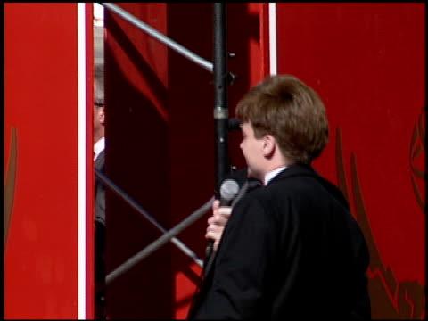 alan alda at the 1994 emmy awards at the pasadena civic auditorium in pasadena, california on september 11, 1994. - alan alda bildbanksvideor och videomaterial från bakom kulisserna