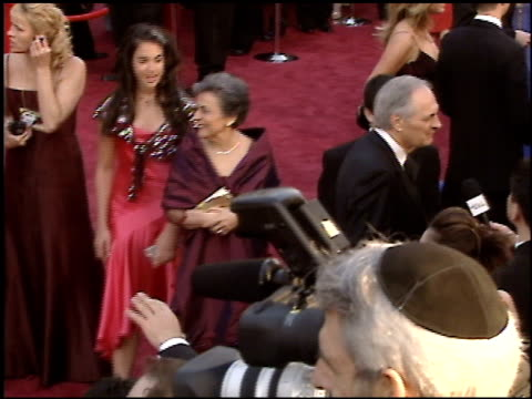 stockvideo's en b-roll-footage met alan alda at the 2005 academy awards at the kodak theatre in hollywood, california on february 27, 2005. - 77e jaarlijkse academy awards