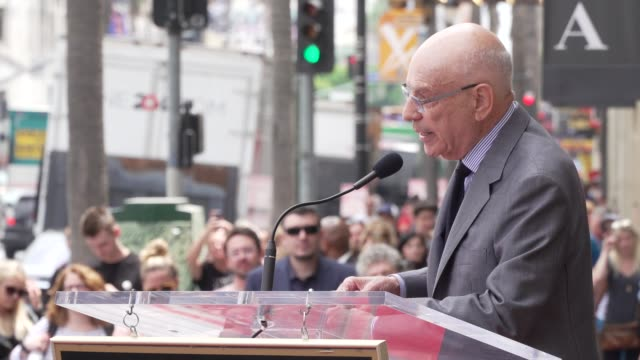 stockvideo's en b-roll-footage met speech alan arkin at the alan arkin honored with a star on the hollywood walk of fame in los angeles ca - hollywood walk of fame