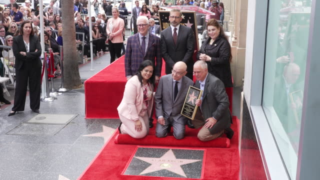 stockvideo's en b-roll-footage met alan arkin matthew arkin steve carell rana ghadban at the alan arkin honored with a star on the hollywood walk of fame in los angeles ca - hollywood walk of fame