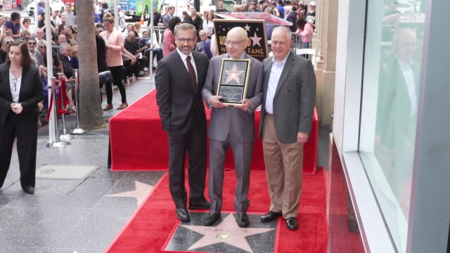 stockvideo's en b-roll-footage met alan arkin steve carell matthew arkin at the alan arkin honored with a star on the hollywood walk of fame in los angeles ca - hollywood walk of fame