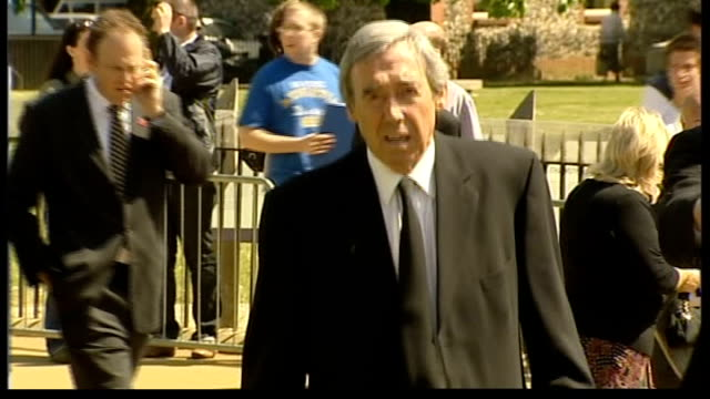 vídeos de stock e filmes b-roll de alan ball funeral; hampshire: winchester: winchester cathedral: gordon banks towards - hampshire