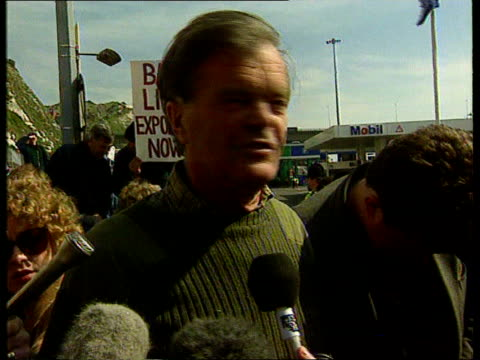 alan clark joins animal rights protestors anat kent dover cbv alan clark seen thru crowd of animal rights demos as speaking to policeman over barrier... - mp stock-videos und b-roll-filmmaterial