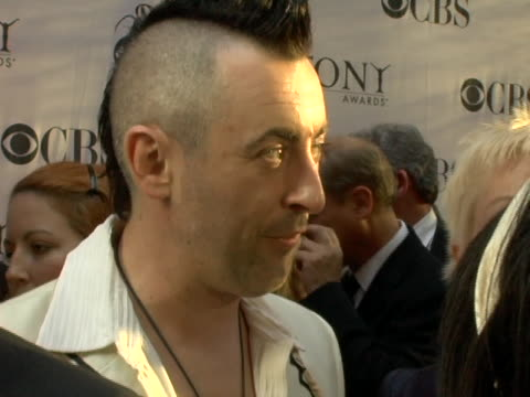 stockvideo's en b-roll-footage met alan cumming and cyndi lauper at the 60th annual tony awards at radio city music hall in new york city, ny. - cyndi lauper